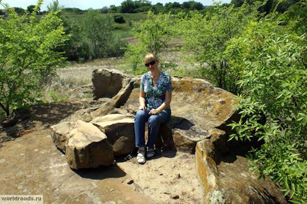 На древнем каменном диване, Красный Яр