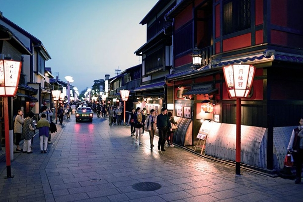 Квартал гейш Гион в Киото в вечернее время