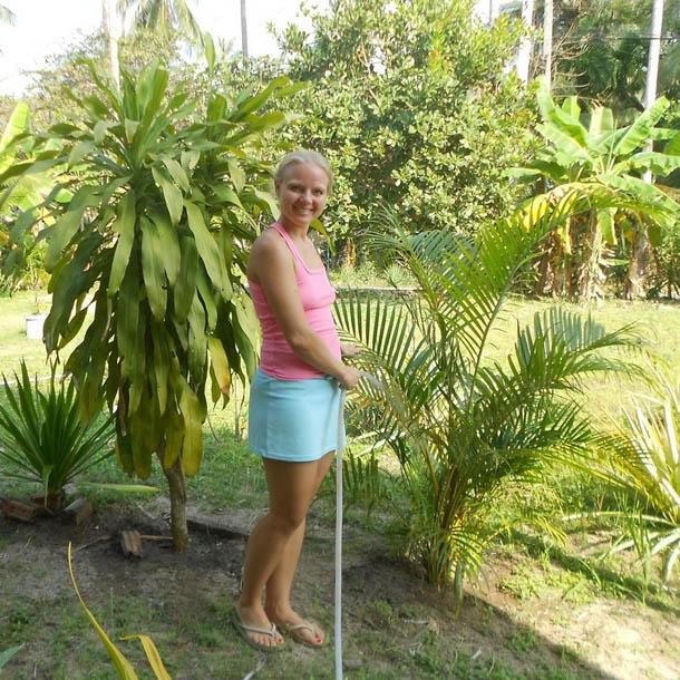 Остров Самуи. Поливаю растения возле нашего дома