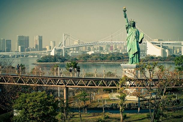 Статуя Свободы на фоне Радужного моста