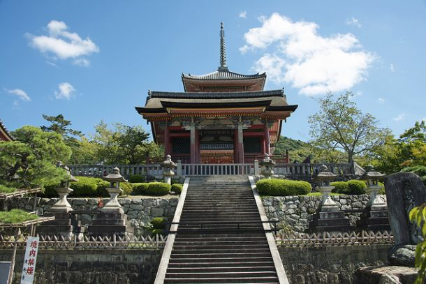 Храм на склоне горы Отова в Киото