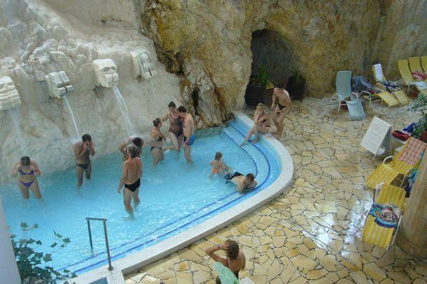 Люди в купальне