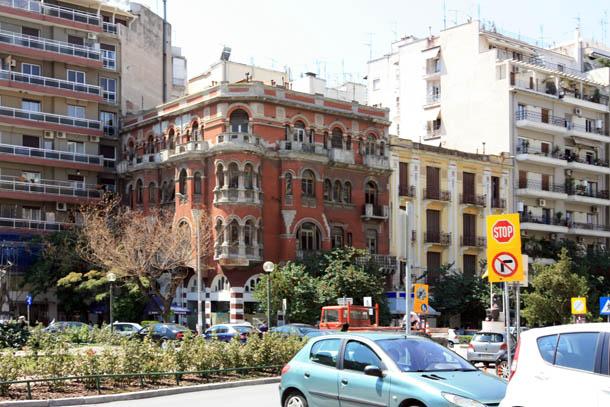 дома, машины и знаки в Салониках