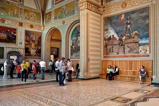 Зал музея с картинами