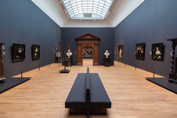 Зал с картинами и статуэтками