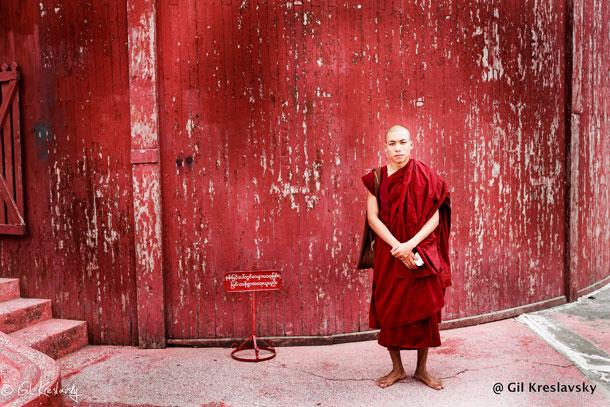 Монах в Королевском двореце в Мандалай, Мьянма