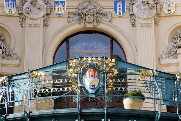 Внешнее убранство Общественного дома, Прага