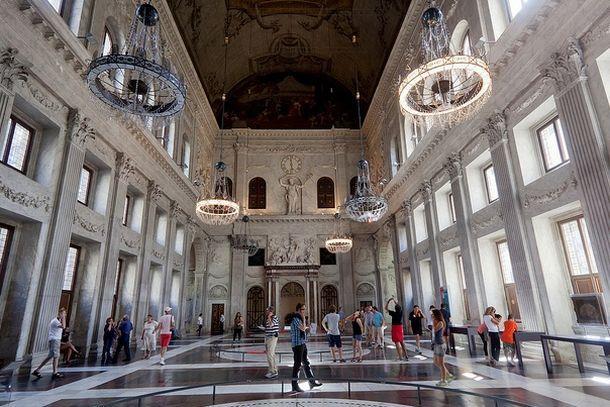 Центральный холл дворца