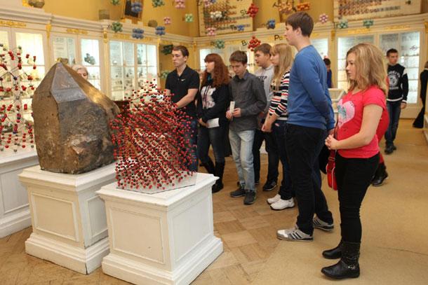 посетители горного музея Петербурга