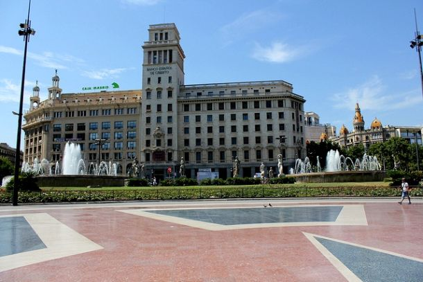 Здание кредитного банка и фонтаны