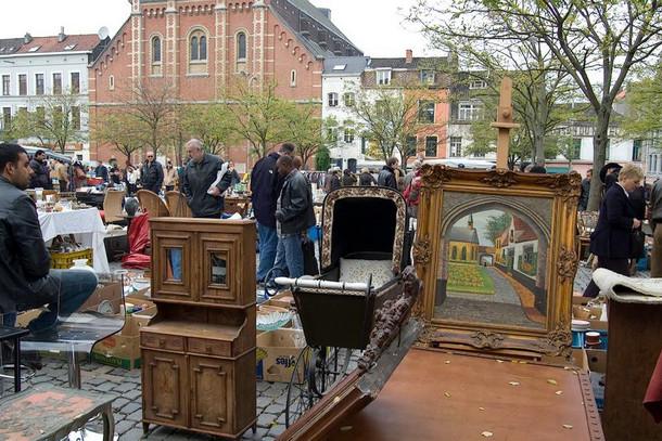 Блошиный рынок вдоль канала (Dyver) в Брюгге