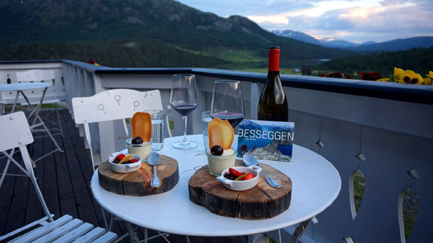 Норвегия, десерт на террасе отеля HINDSETER FJELLHOTELL.