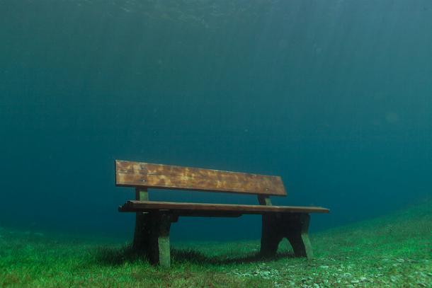 Скамейка под водой