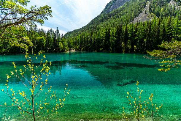 Зеленое озеро в Альпах