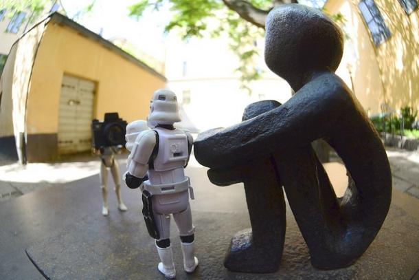 Скульптура железного сидящего мальчика
