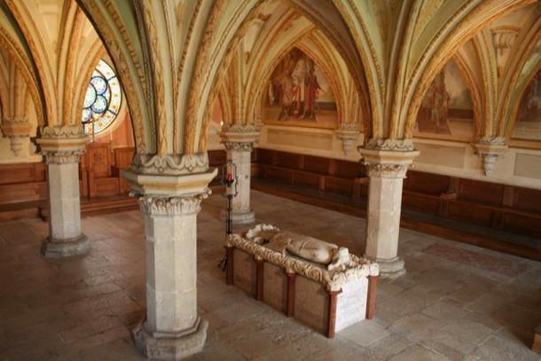 Аббатство Хайлигенкройц, могила Фридрих II в Зале Собраний