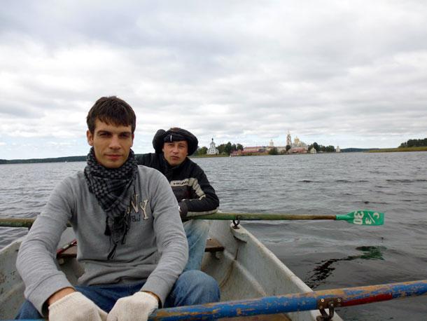 Селигер. На заднем плане на острове монастырь Нилова-Столобенская пустынь.
