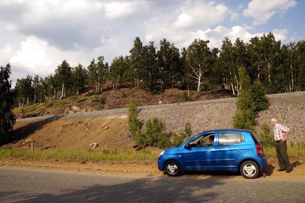 В машине на трассе, путешествуя по Уралу