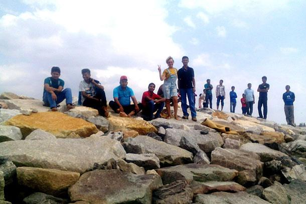 На побережье Мелаки в Малайзии с компанией парней