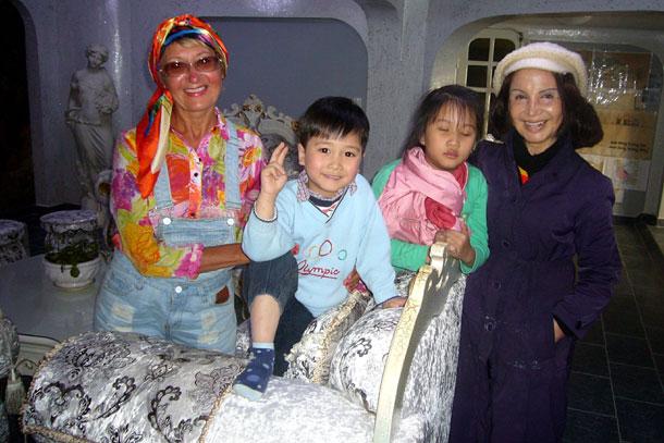 Архитектор сумасшедшего дома в Далате мадам Днг Вьет Нга с внуками