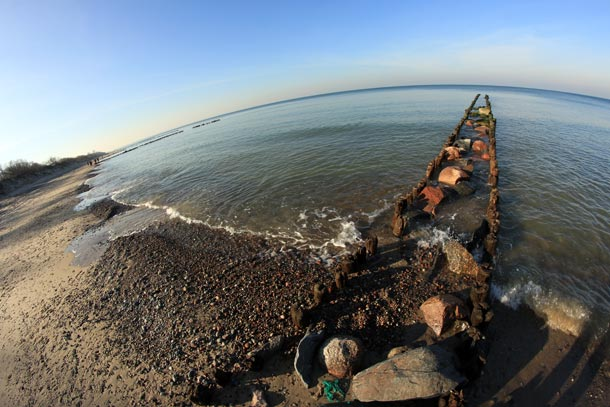 камни, волнорезы и море...