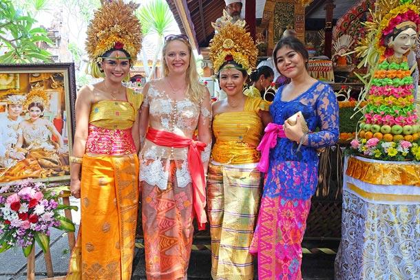 На свадебной церемонии, Бали