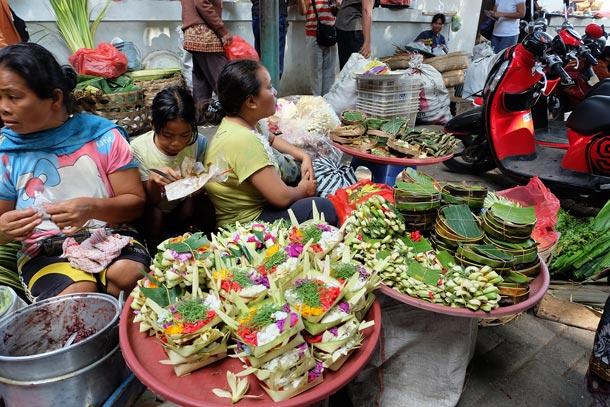 Традиционный рынок, Убуд, Бали. Женщины продают корзиночки для подношений