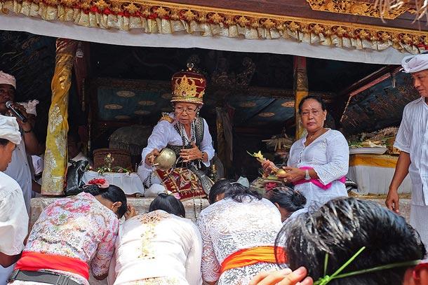 Ритуал освящения водой в День Богини Сарасвати. Бали, деревня Мас, Старинный брахманский дом Грия Геде