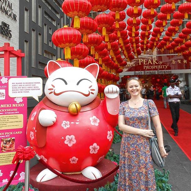 Китайский Новый год в Куала Лумпуре. Манэки-нэко - кот, приносящий удачу