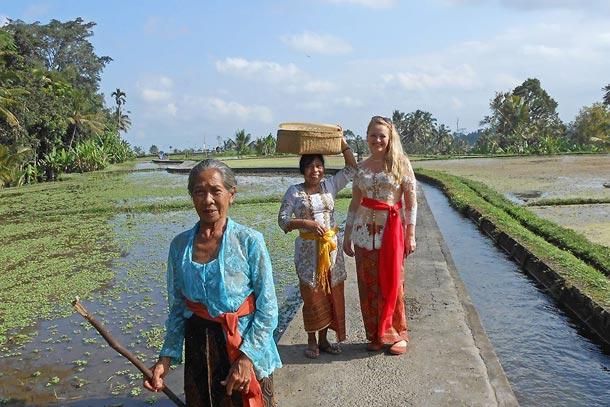 В день празднования Галунгана, одного из наиболее важных праздников на Бали. Бабушка не поняла, что фотографируемся все втроем и ушла вперед