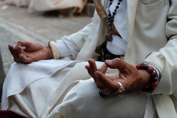 Человек из касты брахманов молится в храме